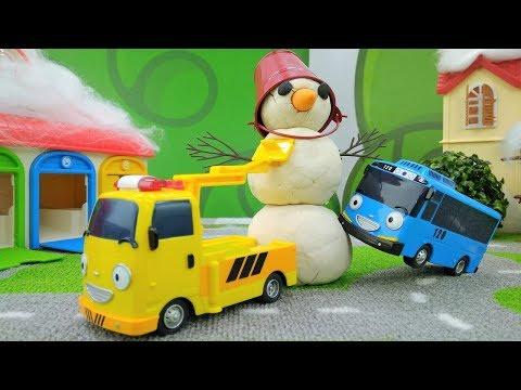 Tayo und die Helfer Autos bauen einen Schneemann.