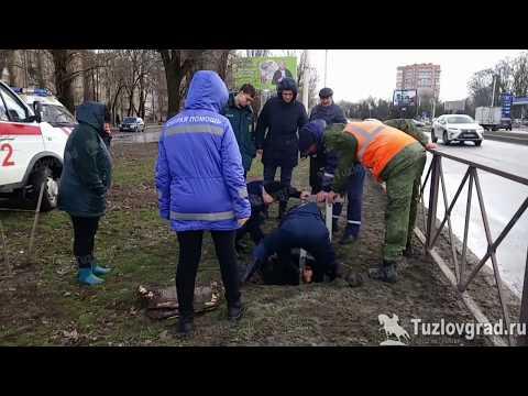 В Новочеркасске рабочий во время уборки мусора провалился в открытый люк
