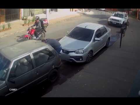 Câmeras flagram carro sendo roubado no Centro de Patos de Minas
