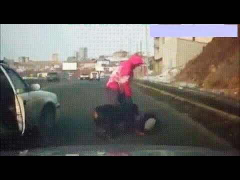 Женщина закрыла собой свою собачку от напавшего разъяренного ротвейлера