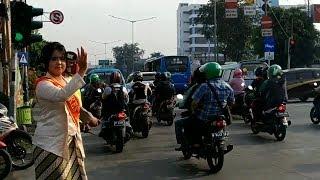 Peringati Hari Kartini, Polwan Kenakan Kebaya saat Atur Lalu Lintas