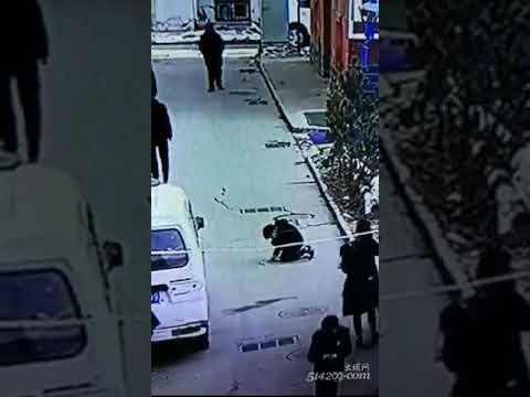 Китайский школьник бросил петарду в люк и взмыл в воздух, как ракета