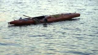 Эскимосский переворот в каяке, возврат в каяк после переворота с помощью надувной емкости