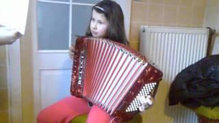 Verunka opět hraje na harmoniku