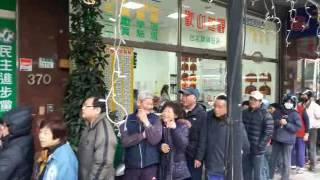 丁睿昇幫助農民贈送高麗菜給民眾