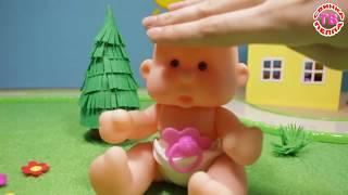 Мультфильмы для детей Куклы Пупсики Доктор делает укол.  Мультики для малышей Играем в Дочки-матери.