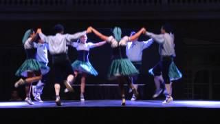 "Mediterrània Dansa balla una versió sardanística del ""Happy birthday"""