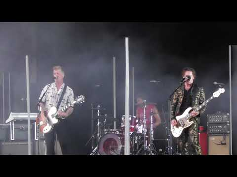 Queens of the Stone Age - Head Like A Haunted House