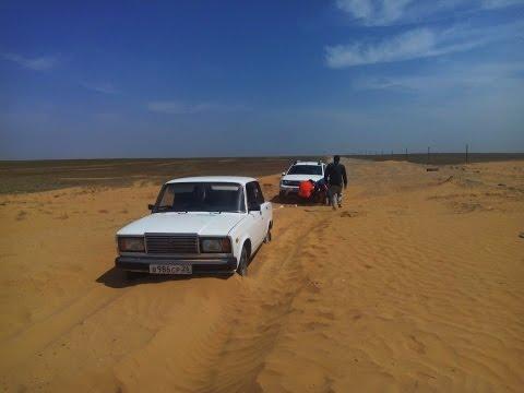 В пустыне. Дастер вытаскивает застрявшую 7 (семёрку)