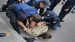 В Одессе под Генконсульством РФ полиция жестко задержала правосеков