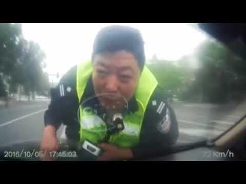 Polizist auf der Motorhaube