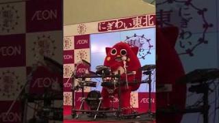 Смотреть онлайн Грустный персонаж играет на барабанах