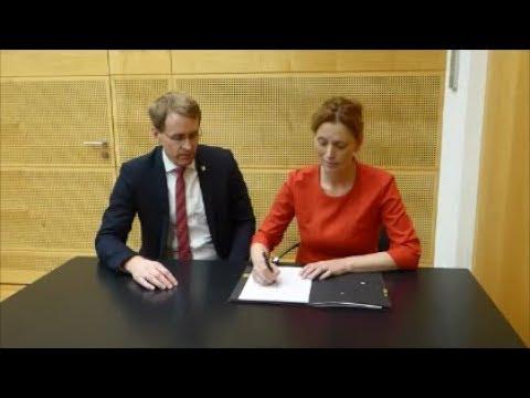 G 9 in Schleswig-Holstein: Karin Prien und der MP unterschreiben das Gesetz