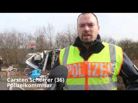 Gefahrenstoff LKW ueberschlaegt sich auf Autobahndreieck Friedrichsthal