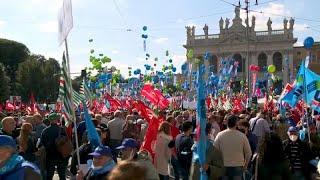 PUEBLO ITALIANO PROTESTA CONTRA LOS FASCISTAS