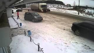 Смотреть онлайн На девушку чуть не наехало колесо от грузовика