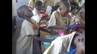 Смотреть онлайн Дети Африки безмерно радуются новогодним подаркам