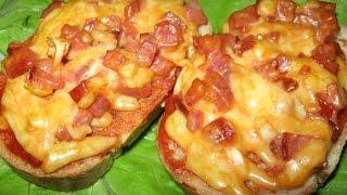 Смотреть онлайн Горячий бутерброд с колбасой и сыром на сковороде
