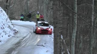 Смотреть онлайн Машина вылетела с трассы прямо в дерево
