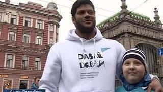 Халк станцевал на улице Петербурга ради больного ребенка