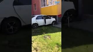 Toyota врезалась в дом на улице Петухова. 9 августа 2018 года