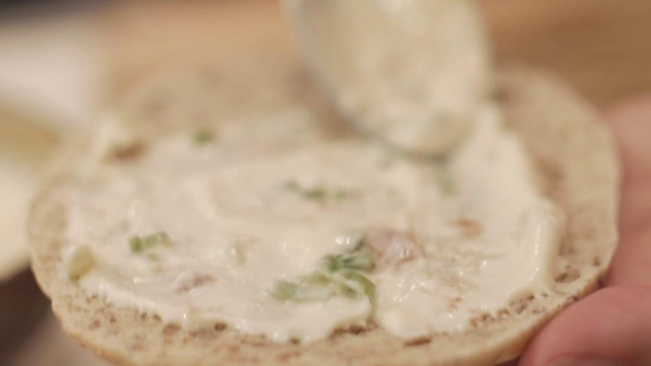 Burger au porc effiloché & mayo relevée à la lime
