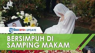 Video Haru BCL Bersimpuh di Samping Makam Ashraf Sinclair, Tangisnya Pecah dan Tatapannya Kosong