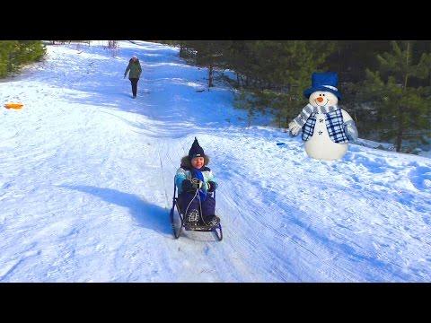 Видео для детей Катание с горки на  санках  ледянке Driving from a hill on a sledge to an ice-boat