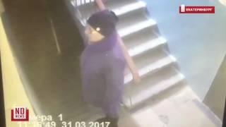 Обманувшие ветерана мошенницы попали в кадр камеры в подъезде