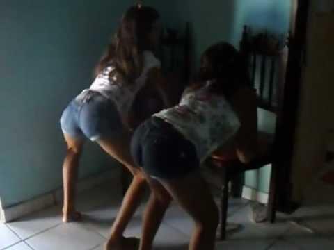 Livia e Lorena dançando Bonde das maravilhas
