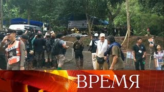 В Таиланде школьники, пропавшие в пещере, обнаружены живыми.