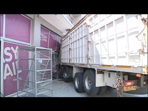 Νεκρός ο οδηγός του φορτηγού που έπεσε σε κατάστημα στην Πειραιώς