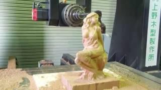Schöne Figur einer Frau auf einer CNC Maschine