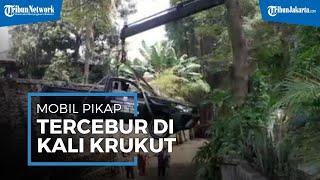 Lupa Tarik Rem Tangan, Mobil Operasional Kelurahan Pulo Tercebur ke Kali Krukut