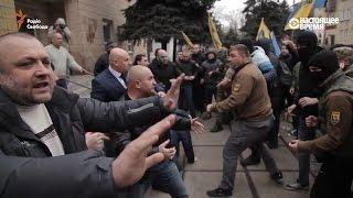 """Мэр против """"Азова"""". Драка в Белозерске, Донецкая область, Украина"""