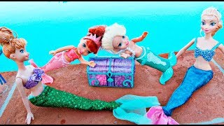 Elsa and Anna toddlers become mermaids with Ariel and Barbie and find a treasure