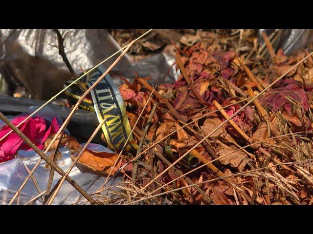 Могилы среди мусора