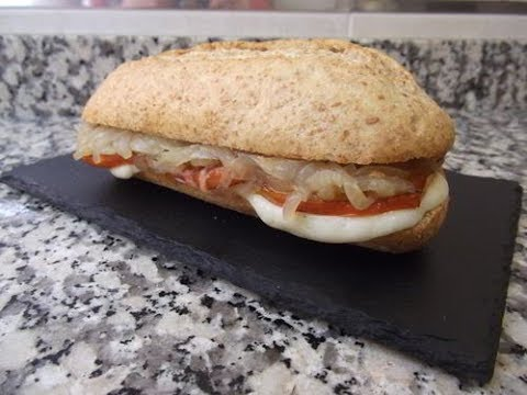 Bocadillo de tomate a la plancha, mozzarella y cebolla pochada