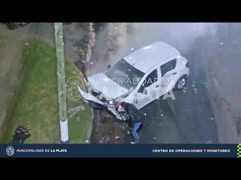 Mirá cómo se incendió un auto tras un choque en Villa Elvira