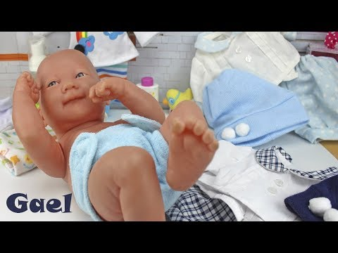 El Bebé recién nacido Calinou estrena ropa nueva, vamos a limpiarlo