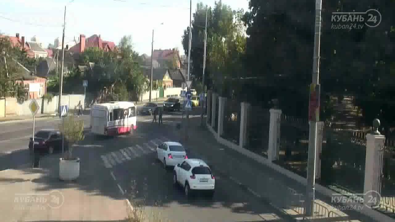 Лобовое столкновение на перекрестке в Краснодаре