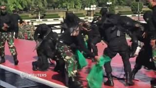Змеи, огонь и кирпичи - индонезийские военные показали главе Пентагона свое мастерство