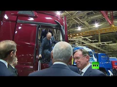 العرب اليوم - فيديو جديد يظهر الرئيس الروسي وهو يتعرف على مميزات شاحنة كاماز