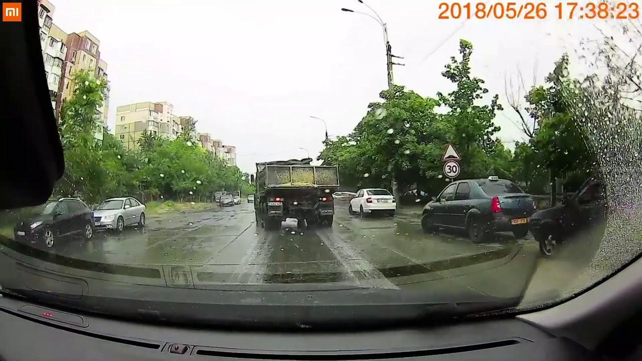 """""""Камаз"""" развернуло на мокрой дороге в Кишиневе"""