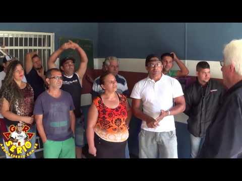 Perueiros do Transporte  Escolar em Protesto na Porta da Prefeitura por falta de Pagamento