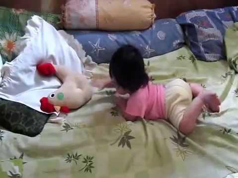 Video Gisel, bayi usia 5 bulan sudah mulai merangkak.