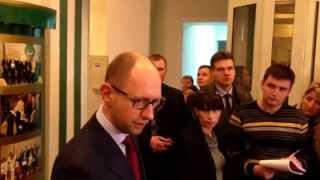 Sputnikipogrom.com: Яценюк требует освободить здания
