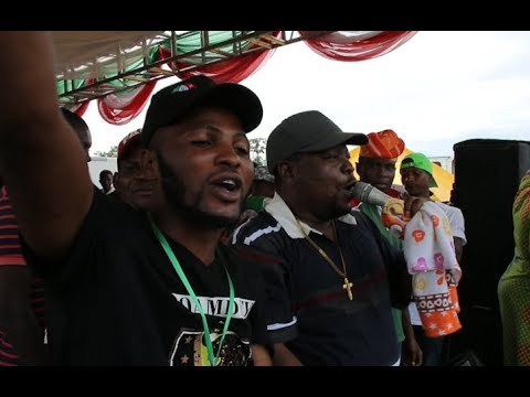 See Adegbodu twins performance as they sing to mock APC as PDP Fans crowd joins At Sen,Adeleke Rally