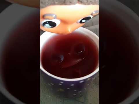 Пью чайный напиток каркадэ с шиповником и малиной