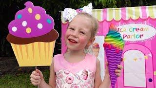 Настя играет в магазин мороженого